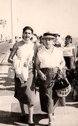 Photo Originale Marcheurs De Rues - 2 Femmes Le 27.07.1956 Aux Les Sables-d'Olonne (85100) Front De Mer & Ballade Vendée - Pin-up