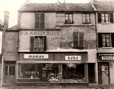 Photo Originale De Façade De Commerce Ancien Et Vintage - A La Maison Bleue, Confections, Maman, Bébé, Tissus& Jouets 70 - Lieux