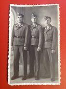 Foto AK Soldatengruppe WW2 Soldaten Mit Mütze Schiffchen Uniformen Reichsadler Hakenkreuz Ca. 1940 - Uniformen