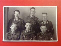 Foto AK Soldatengruppe WW2 Soldaten Uniformen Reichsadler Hakenkreuz Ca. 1940 - Uniformen