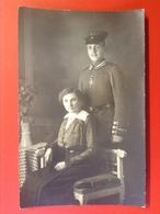 Foto AK WW1 Soldat Mit Mütze Uniform Mit Auszeichnung EK Eisernes Kreuz Mit Frau Ca. 1918 - Uniforms