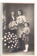 Photographie Ancienne -femmes Et Fillette Portant Des Fleurs - Anonymous Persons