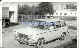 79745 AUTOMOBILE OLD CAR AUTO SEDAN AND MAN IN ARGENTINA MAR DEL PLATA AÑO 1966 CUT PHOTO NO POSTCARD - Non Classificati