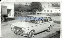 79745 AUTOMOBILE OLD CAR AUTO SEDAN AND MAN IN ARGENTINA MAR DEL PLATA AÑO 1966 CUT PHOTO NO POSTCARD - Postales