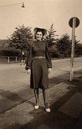 Photo Originale D'une Jolie Jeune Femme Au Chapeau En 1942 - Pin-up - Personnes Anonymes