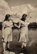 Photo Originale De Deux Pin-Up En Robe Les Pieds Dans L'eau En 1946 - Pin-up