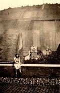 Photo Originale Pin-Up Et Terres Cultivées En Pente, Jolis Sillons Sur Colline Surplombant Le Village Vers 1950 - Paysan - Pin-up