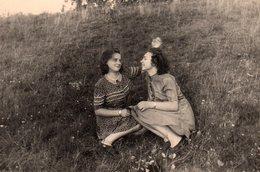 Photo Originale Couple De Femmes Pin-up Et Tendresse Les Champs, En Se Caressant Les Cheveux - Pin-up
