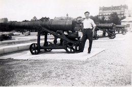 Photo Originale D'un Homme Posant Devant Les Canons L'esplanade Des Invalides à Paris, La Batterie Triomphale - Lieux