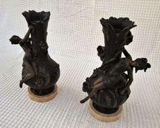 Pair De Vases Anciens En Bronze Et Signés Auguste Moreau Du XIX. - Bronzes