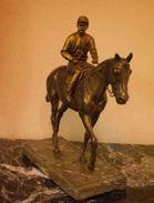 En Bronze  Ancien Du XIX  Statue D'un Jockey Sur Son Cheval. - Bronzes