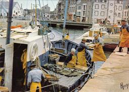 44. LE CROISIC. ARRIVÉE D'UN BATEAU DE PÊCHE. ANNÉE 1971. DECHARGEMENT - Le Croisic