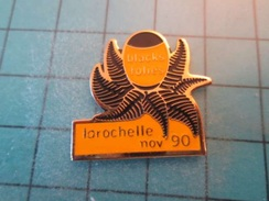 Pin1315A Pin's Pins / Beau Et Rare :  BLACK FOLLIES RUGBY FOUGERES ALL BLACKS LA ROCHELLE NOV 1990 - Rugby