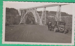 15 - Photo De 1933 - Viaduc De Garabit (Cantal) Un Homme Et Un Jeune Garçon Devant Une Voiture (automobile) - Places