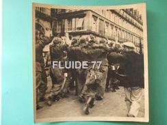 @ Photo Libération De PARIS , Aout 1944. Colonne De  Prisonniers Allemands , Rue De RIVOLI @ - Krieg, Militär