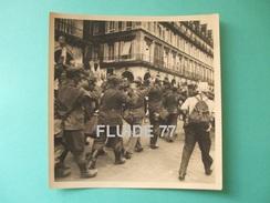 @ Photo Libération De PARIS , Aout 1944. Colonne De  Prisonniers Allemands , Rue De RIVOLI ( 1 ) @ - Krieg, Militär