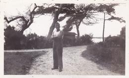 PHOTO ORIGINALE 39 / 45 WW2 WEHRMACHT FRANCE LA ROCHELLE SOLDAT ALLEMAND SUR LE CHEMIN DE LA PLAGE - Guerra, Militari