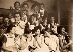 Amusante Photo Originale Scolaire Et Cours De Cuisine Pour Jeunes Filles En 1929 - Ménagère & Ustensiles Culinaires - Personnes Anonymes