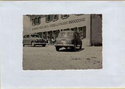 142411 FOTOGRAFIA ORIGINALE CON AUTO D' EPOCA ALL ALBERGO PIZZO DEGLI UCCELLI PASSO BROCCONE - Cars