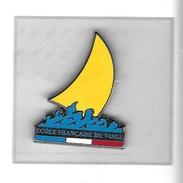 Pin's  Tricolore  Bateau, Sport  ECOLE  FRANÇAISE  DE  VOILE  Signé  DECAT - Sailing, Yachting