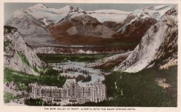 CPA    CANADA---BANFF---THE BOW VALLEY AT BANFF , ALBERTA , WITH THE BANFF SPINGS HOTEL - Banff