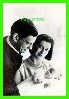 FAMILLES ROYALES - H.R.H. PRINCESS ALEXANDRA & HER HUSBAND ANGUS OGILVY WITH THE BABY SON JAMES ROBERT BRUCE - VALEM - Royal Families