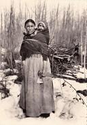 CPSM Indien Indian Indienne Déné Dans Les Forêts Nord-ouest Canadien Pipe (2 Scans) - Indios De América Del Norte
