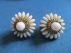 Bijou Fantaisie/ Paire De Boucles D'Oreille/ Pâquerettes En Petites Pierres Porcelaine Enfilées/Vers 1930-1960     BIJ88 - Orecchini