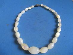 Bijou Fantaisie/ Petit Collier  En Perles Forme Olive/ Pâte De Verre Blanche / Façon Chapelet)/Vers 1930-1960     BIJ89 - Colliers/Chaînes