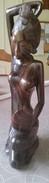 Houten Sculptuur Van Meisje Die Haar Toilet Maakt Met Spiegel - Bois
