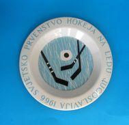 1966. WORLD ICE HOCKEY CHAMPIONSHIPS .... Vintage Metal Enameled Plate * Hockey Sur Glace Eishockey Hockey Su Ghiaccio - Habillement, Souvenirs & Autres
