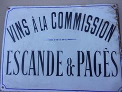BELLE PLAQUE BONBEE EMAILLEE VINS A LA COMMISION ESCANDE ET PAGES  SIGNE  HENRI MAS 34 RUE DROITE NARBONNE40X30CM - Farm