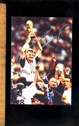 FOOTBALL Coupe Du Monde De Foot 1998 Autographe Signature Signée Aimé JACQUET Entraineur & Laurent Blanc Fabien Barthez - Football