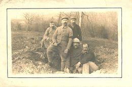 CARTE PHOTO GROUPE DE SOLDATS DU 53ème DANS UN TROU D OBUS POUR LA PHOTO SECTEUR 179 DU COTE DE LA SUISSE - Regiments