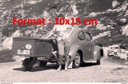 Reproduction D'une Photographie D'une Femme Posant à Côté D'une Coccinelle VW Avec Une Petite Remorque - Reproductions
