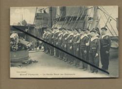 CPA   - Marine Française - La Garde Rend Les Honneurs -  Bateau - Bateaux - Ships
