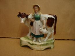 SMC. 53. Belle Petite Posture En Faiënce D'une Vache Et De Sa Fermière - Ceramics & Pottery