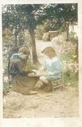 Carte Photo  - Deux Enfants Jouant Aux Dames Dans Un Jardin - Postcards