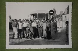 Fontainebleau  - 14 Juillet 1959 - Personnages Avec Trophés Devant Un Bus - Lieux