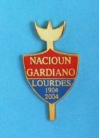1 PIN'S //  ** NACIOUN GARDIANO ** LOURDES ** 1904 / 2004 ** - Bullfight - Corrida