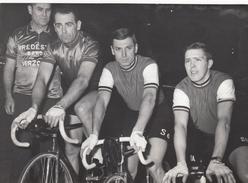 CYCLISME    PHOTO   LES SIX JOURS D'ANVERS -VAN STEENBERGEN - VAN LOOY - LYKKE  18 FEVRIER 1966 (PHOTO DE PRESSE  13X18) - Cycling