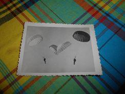 700 - Photo , Militaria, Saut En Parachute De Soldats Français - Aviazione
