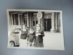 PHOTO VOITURE ANCIENNE PRISE DEVANT GARE FEMMES ENFANT - Automobiles