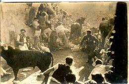 PHOTO ORIGINALE LACHER DE TAUREAUX PAMPLONA PAMPLUNE LE TAUREAU EST SUR LES CORPS COUCHES AU SOL - Non Classificati
