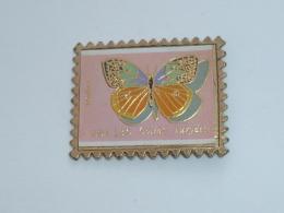 Pin's TIMBRE, JOLI PAPILLON - Animaux