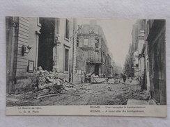 REIMS - Une Rue Après Le Bombardement - Guerre/Militaria/Ruines/Bombardements - CPA - CP - Carte Postale - Reims
