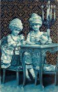 COUPLE DE FILLES EN COSTUME D'ÉPOQUE - Carte Bleue Gaufrée. - Scènes & Paysages