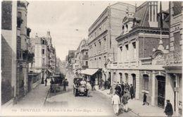 TROUVILLE - La Poste Et La Rue Victor Hugo - Auto  (100768) - Trouville