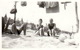 Photo Originale Plage & Maillot De Bain Entre Amis, Pin-Up & Playboy Sur Le Sable Et Coiffure Chignon Vers 1960 Linge - Pin-up