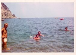 Photo Couleur Originale Bords Blancs Plage & Maillot De Bains Pour Playboy à La Baignade Vers 1960/70 - Anonyme Personen